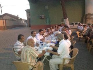 dostlarla-iftar-sofrasinda-1